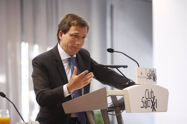 El candidato del PP a la Alcaldía de Madrid, José Luis Martínez- Almeida, interviene en un desayuno informativo organizado por el Club siglo XXI