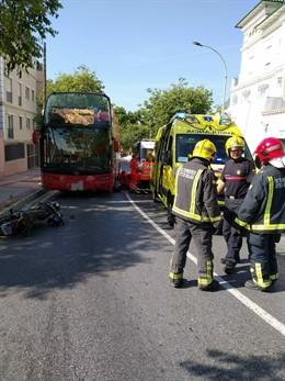 Málaga.- Sucesos.- En estado crítico un motorista tras un accidente con un autobús turístico en Málaga capital