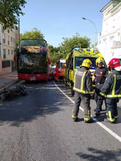 En estado crítico un motorista tras un accidente con un autobús turístico en Málaga capital