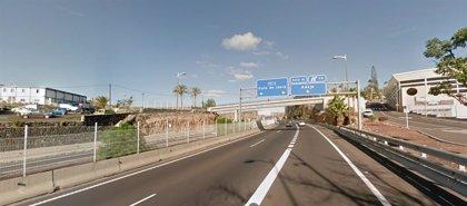 La Policía Nacional impide que un hombre caiga desde un puente a la autopista del sur
