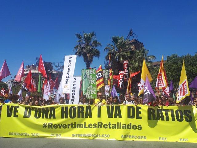 Centenares de profesores se manifiestan en Barcelona para reclamar la reversión de los recortes