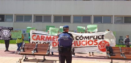 """Activistas que han irrumpido en un acto de Carmena dicen que no son de la PAH y la ven """"cómplice"""" en desahucios"""