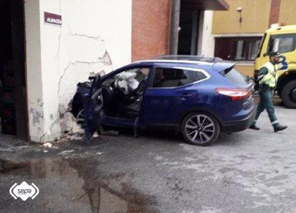 Tres heridos leves en la colisión de un turismo contra un muro en Nava