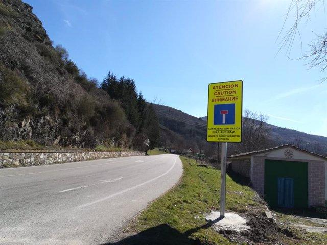 Instaladas nuevas señales de tráfico de advertencia de carretera sin salida en varios idiomas