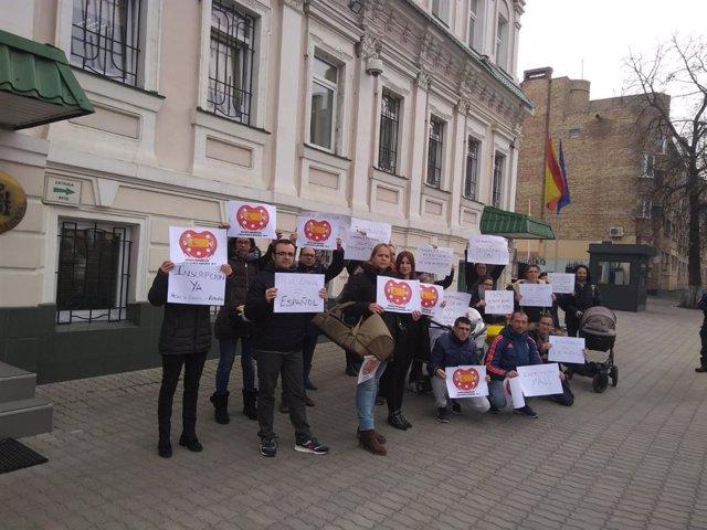 Familias de bebés por subrogación en Ucrania y Georgia piden anular la norma que impide inscribirlos como españoles