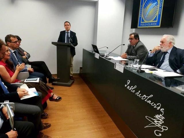 Sevilla.- El comisario europeo Arias Cañete visita la UPO y conoce sus iniciativas medioambientales