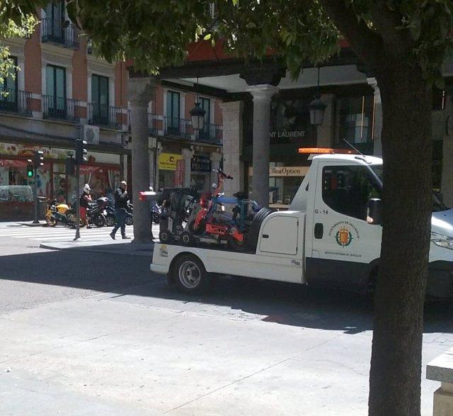 Sucesos.- La Policía de Valladolid retira con la grúa un patinete eléctrico por carecer de matrícula y documentación