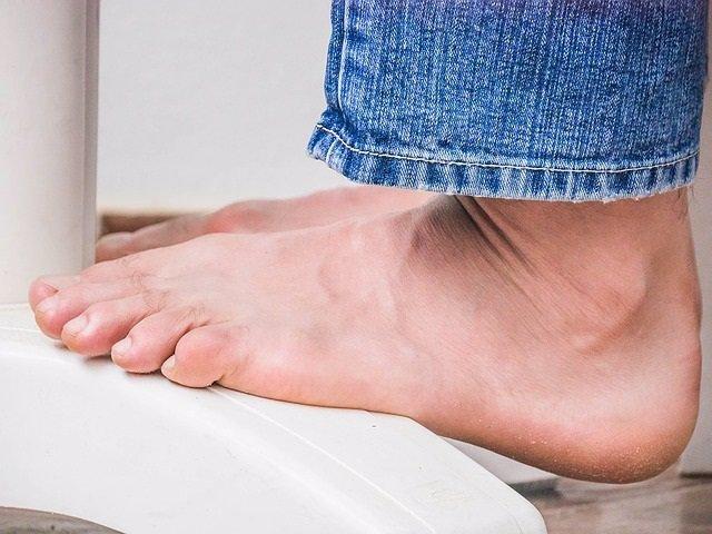 Podólogos recuerdan que el sobrepeso puede provocar dolor de pies, con molestias en las plantas y grietas en los talones