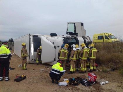 Muere el conductor de un camión al volcar en la AP-7 en Mont-roig (Tarragona)