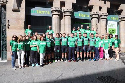 Medio centenar de trabajadores de Bantierra reciben al equipo ciclista Caja Rural-Seguros RGA antes de la Vuelta Aragón