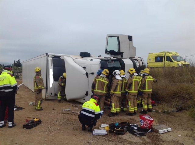 Successos.- Mor el conductor d'un camió en bolcar en l'AP-7 en Mont-roig (Tarragona)