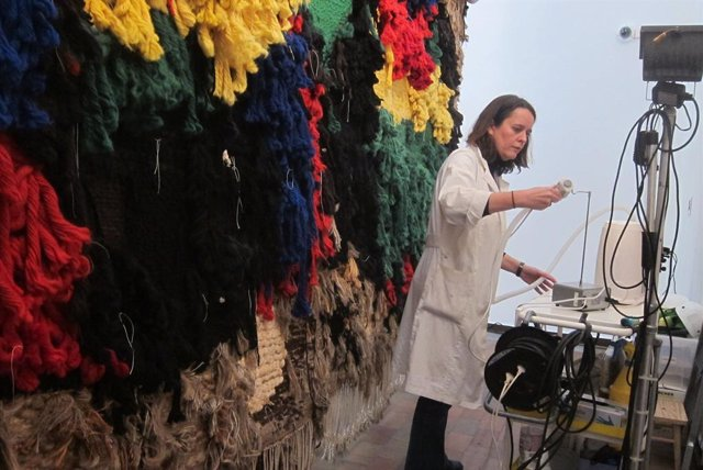 """La Fundació Miró compleix amb el """"desig"""" de l'artista i permet passejar per darrere del gran 'Tapís'"""