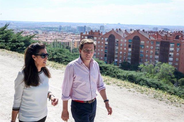 El candidato del PP a la Alcaldía de Madrid, José Luis Martínez- Almeida, visita Puente de Vallecas en Calle Benjamín Palencia en Madrid