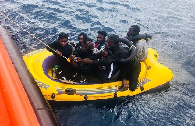 Trasladan a Algeciras (Cádiz) a cuatro hombres rescatados de una patera tipo 'toy'