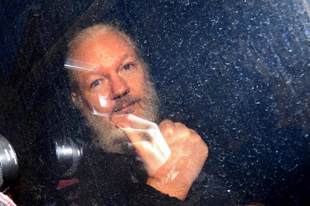 La Policía detiene a cuatro personas por una supuesta extorsión a Julian Assange, que quedan en libertad tras declarar