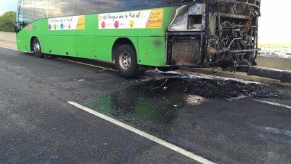 Fuertes retenciones en la A-1 a la altura de Alcobendas tras incendiarse un autobús interurbano