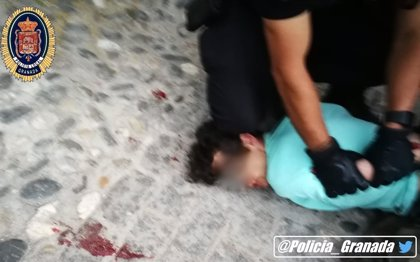 La mujer apuñalada por su expareja en Granada, usuaria de una casa de acogida, está grave en la UCI