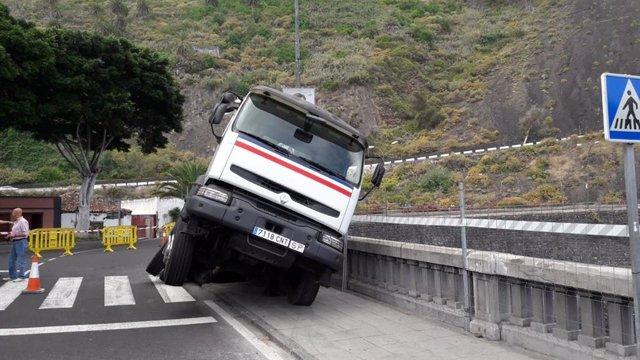 Sucesos.- Cortan la carretera de Garachico (Tenerife) por el semivuelco de una hormigonera