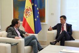 El presidente del Gobierno, Pedro Sánchez, recibe al secretario general de Podemos, Pablo Iglesias, en Moncloa
