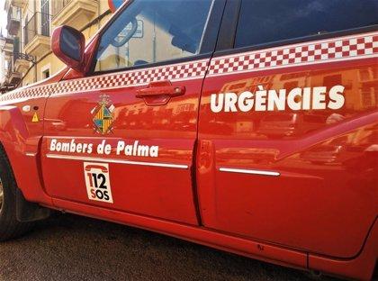 Desalojan a unos 12 vecinos de un edificio de Palma tras incendiarse una habitación por un cargador de móvil