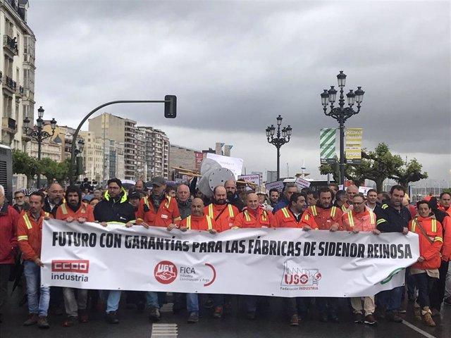 """Cientos de personas se manifiestan en Santander para reclamar """"garantías de futuro"""" para Sidenor"""