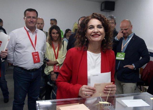 La ministra de Hacienda y cabeza de lista del PSOE al Congreso por Sevilla, María Jesús Montero, acude a votar