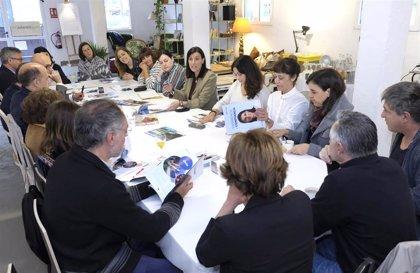 Igual establecerá una nueva línea de becas dirigida a los jóvenes creadores locales