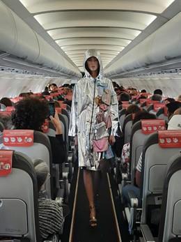 Iberia Express celebra un desfile de la colección de Custo Barcelona en un vuelo Madrid-Lanzarote
