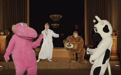 Ed Sheeran y Justin Bieber encadenan disfraces en el divertido videoclip de I don't care