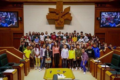 """Escolares se comprometen en el Parlamento Vasco a """"defender a los más débiles"""""""