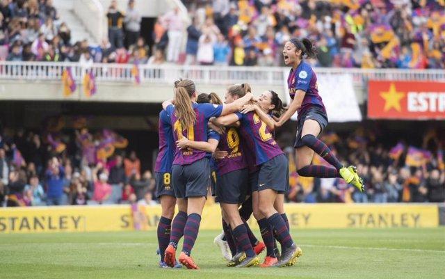 Varias Jugadoras Del FC Barcelona Femenino Celebran Un Gol.