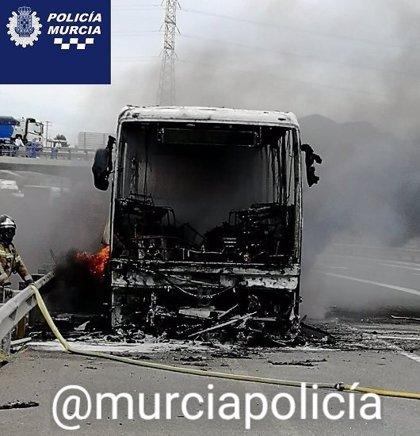 El incendio de un autobús obliga a cortar la A-7 a su paso por Murcia y provoca retenciones kilométricas