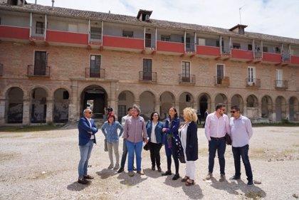 Maroto se reúne con la alcaldesa de Aranjuez para estudiar el proyecto del Parador Nacional en la Casa de Atarfe