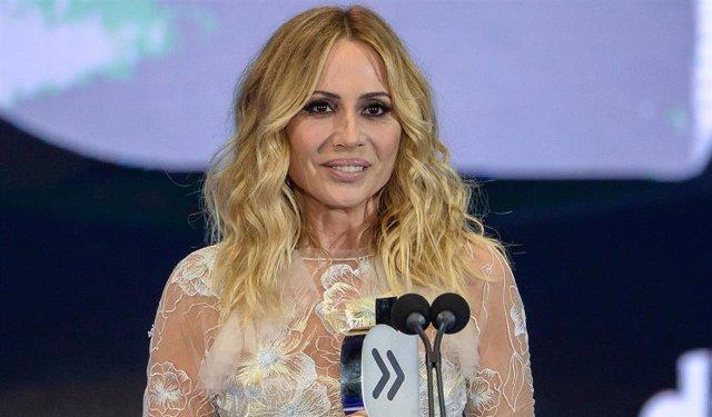 Marta Sánchez abandona el escenario en Badalona por lanzamiento de huevos