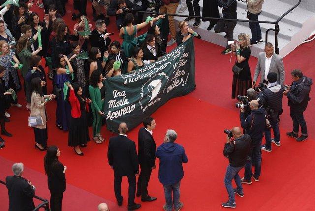 Un equipo fílmico argentina protesta en Cannes contra ley de aborto en Argentina con pañuelos verdes
