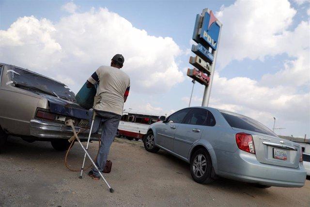Venezuela.- El Ejército venezolano comienza a regular la venta de gasolina para evitar un posible estallido de violencia