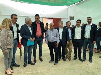 Saavedra entrega a Pedro Sánchez una carta con los problemas ferroviarios que afectan a Alcantarilla