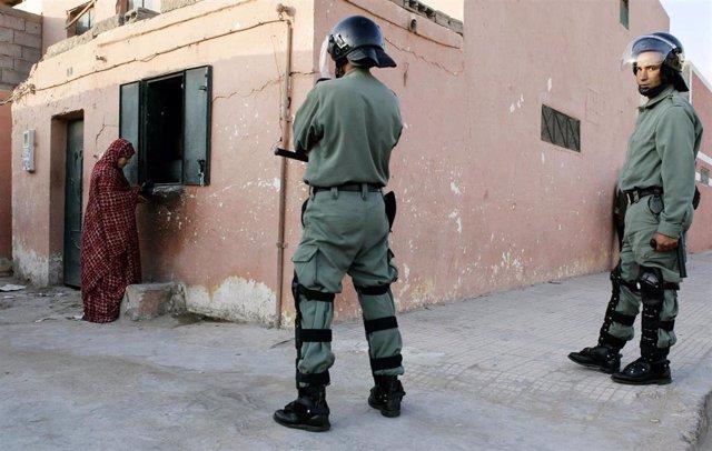 Policías marroquíes en El Aaiún