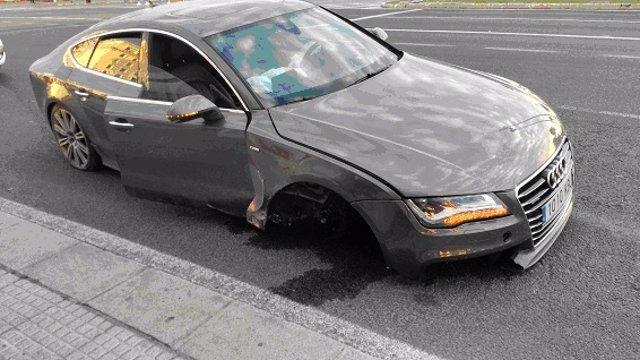 Cádiz.-Sucesos.- Detenido tras tener un accidente en estado ebrio y seguir el camino sin eje y rueda en el coche