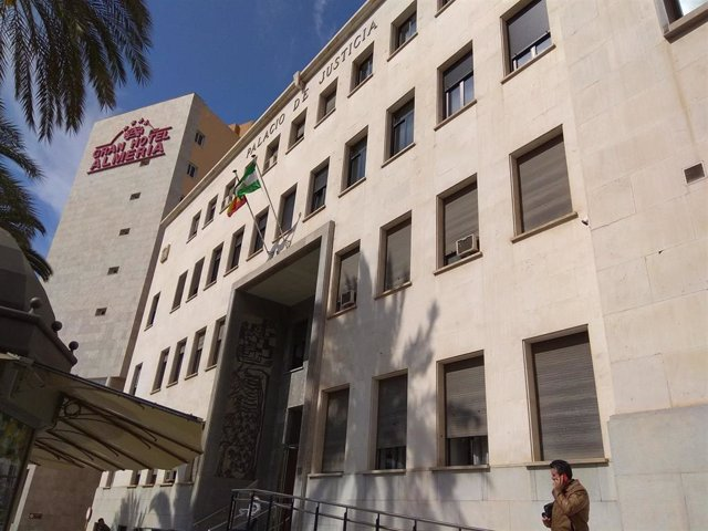 Almería.-Tribunales.-Condenada por contratar tarjetas y efectuar ventas falsas por internet con los datos de 13 personas