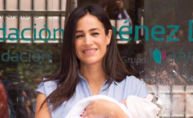 Begona Villacís recibe el alta tras dar a luz a su tercera hija, Inés