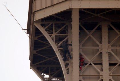Evacuada la Torre Eiffel tras ser detectada una persona escalando por la estructura