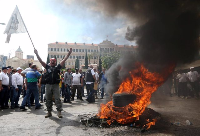 Líbano.- Militares retirados acampan frente a la sede del Banco Central libanés para protestar por los recortes