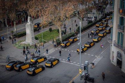 """Economía.- Taxistas de Barcelona piden acabar """"de una vez"""" el conflicto de los VTC con el nuevo reglamento del AMB"""