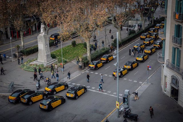 Taxis concentrats en la Gran Via de Barcelona