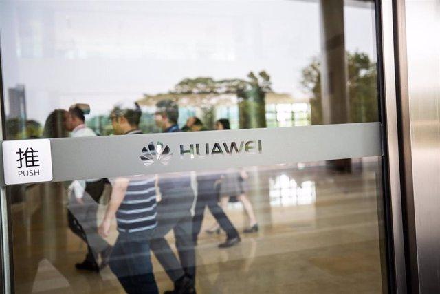 Economía.- Telefónica y Vodafone analizan las implicaciones de la orden que prohíbe trabajar con Huawei en EE.UU.