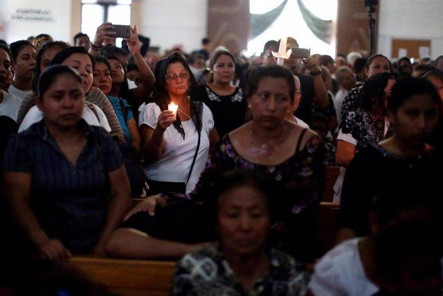 El Salvador.- Cientos de devotos se despiden del sacerdote que murió disparado en El Salvador