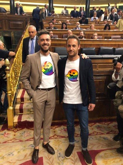 Diputados del PSOE se visten con el 'fantasma gay' de Vox en la constitución del Congreso
