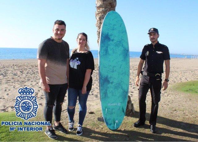 Málaga.- Sucesos.- Un policía nacional libre de servicio remolca en su tabla de surf a una pareja arrastrada más adentro
