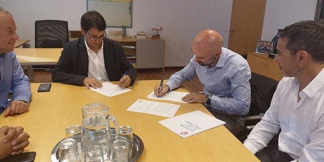 El Govern firma un convenio para mejorar la formación y la inserción laboral de los trabajadores del sector de la madera